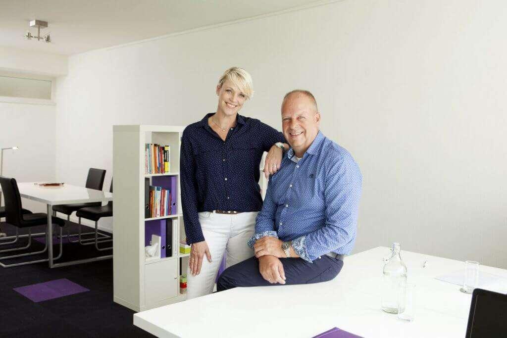 Marc en Simone van der Veen van Ontzorgd Verhuizen op hun kantoor in Leeuwarden.