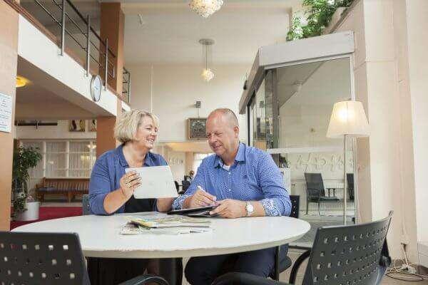 Marc van der Veen van Ontzorgd Verhuizen in gesprek met de directeur van een seniorenflat.